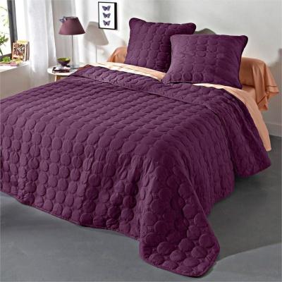 Přehozy na postel jsou praktické i dekorativní