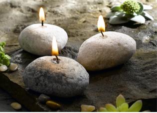 Svíčky navodí příjemnou atmosféru. Jak se ale zbavit vosku?
