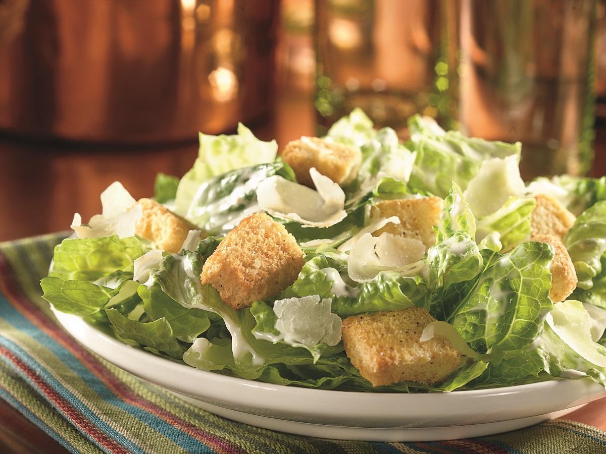 Odlehčete si pravým salátem Caesar